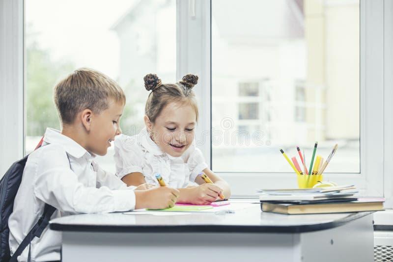 Piękni dzieci są uczniami w sala lekcyjnej wpólnie przy s zdjęcie royalty free