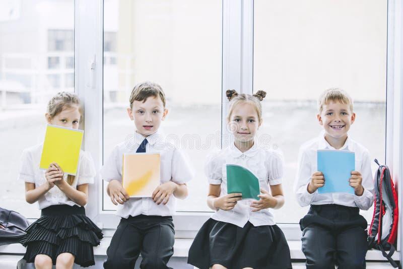 Piękni dzieci są uczniami w sala lekcyjnej wpólnie przy s obrazy stock
