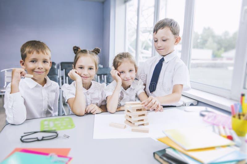 Piękni dzieci są uczniami w sala lekcyjnej wpólnie przy s obraz royalty free
