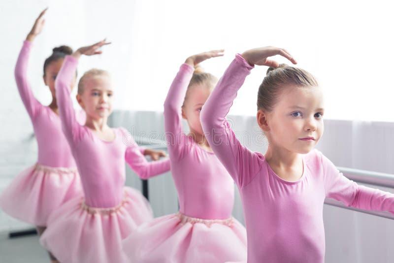 piękni dzieciaki w różowym spódniczka baletnicy omijają tana zdjęcia royalty free