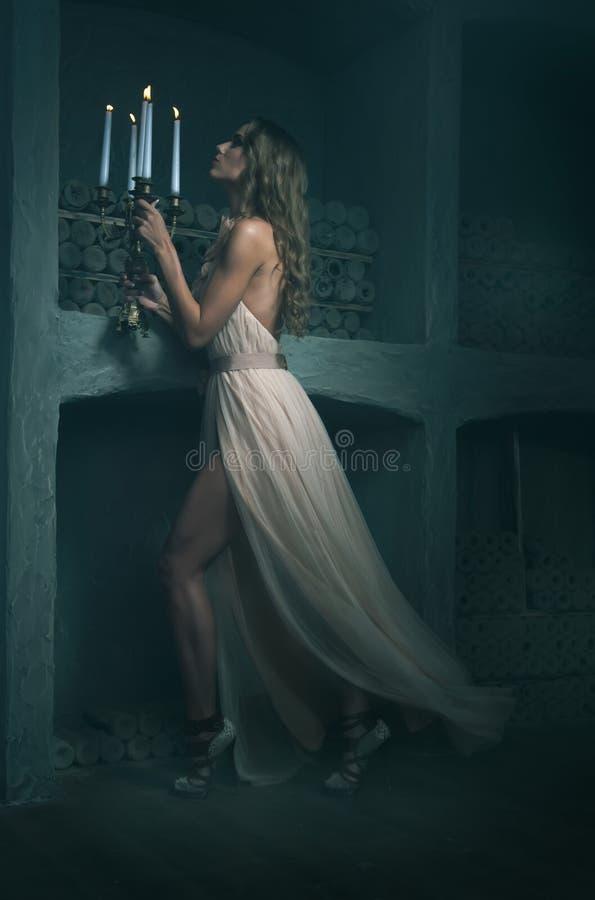 Piękni dziewczyna modela spojrzenia w sukni zdjęcia stock