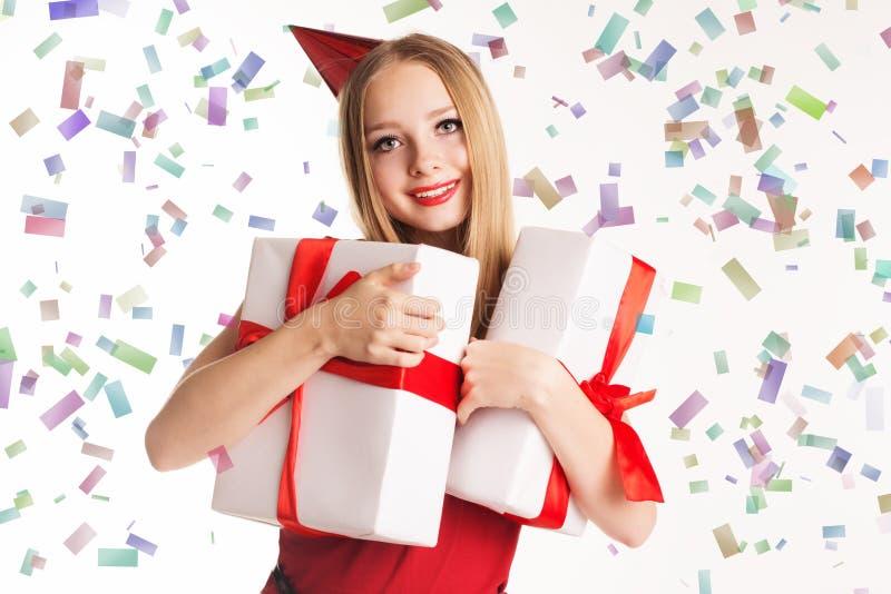 Piękni dziewczyny mienia prezenta pudełka, wszystkiego najlepszego z okazji urodzin zdjęcia stock