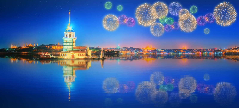 Piękni fajerwerki blisko dziewczyny wierza Istanbuł fotografia stock