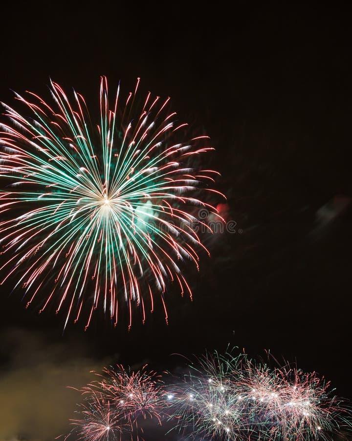 Piękni fajerwerki Na nocnym niebie zdjęcia stock