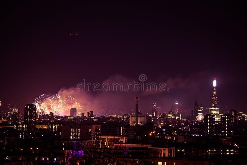 Piękni fajerwerki nad Londyn Nowy Rok wigilia zdjęcia stock