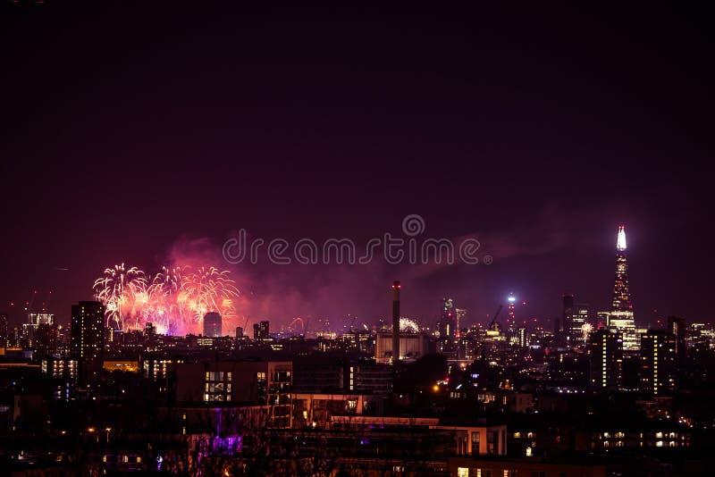 Piękni fajerwerki nad Londyn Nowy Rok wigilia obrazy stock