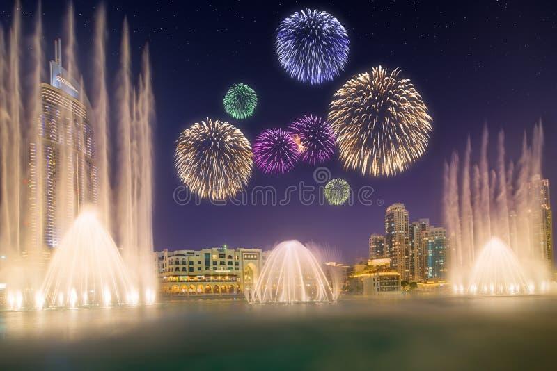 Piękni fajerwerki nad taniec fontanna Burj Khalifa w Dubaj, UAE zdjęcia stock