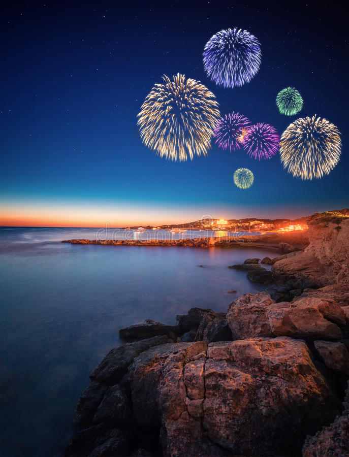 Piękni fajerwerki pod Ibiza wyspy nocy widokiem fotografia stock