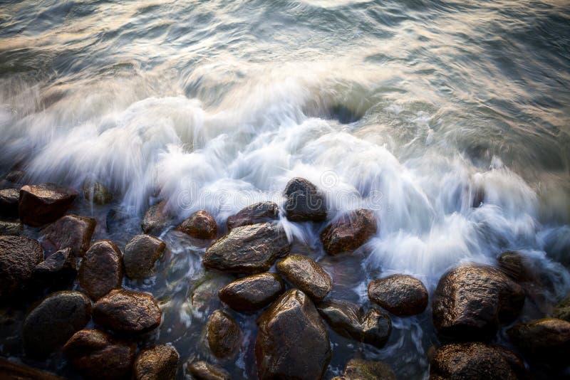 Piękni granitów kamienie w morze przy zmierzchem zdjęcie stock