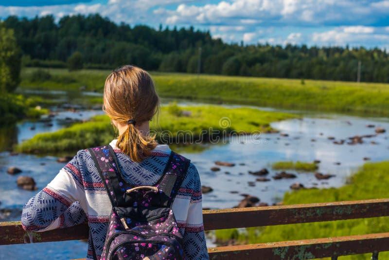 Piękni i młoda dziewczyna stojaki na moście obrazy stock