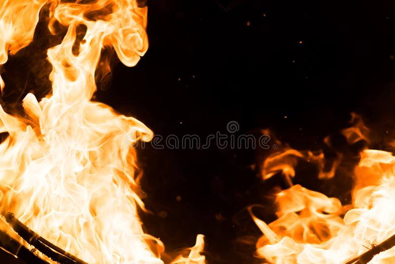 Piękni języki płomień w ciemności, zdjęcia stock