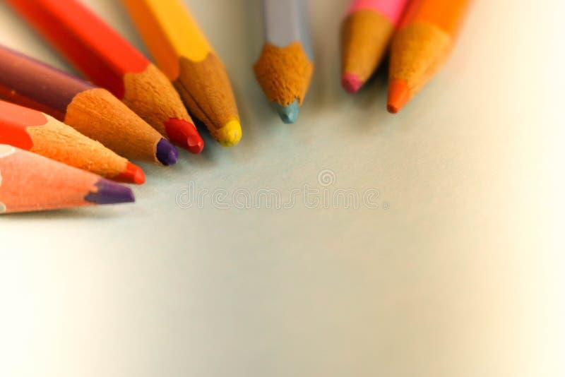 Piękni jaskrawi barwioni drewniani barwioni ostrzenie ołówki dla rysować Mieszkanie nieatutowa i odbitkowa przestrzeń na błękitny zdjęcia royalty free