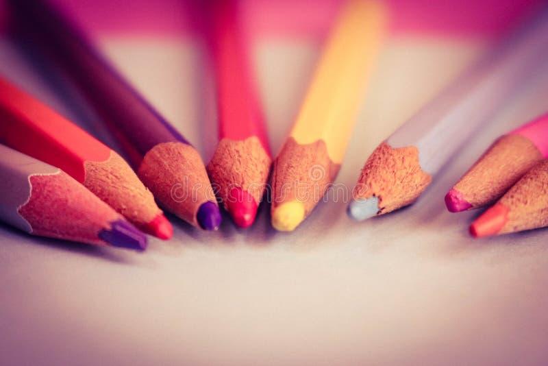 Piękni jaskrawi barwioni drewniani barwioni ostrzenie ołówki dla rysować Mieszkanie nieatutowa i odbitkowa przestrzeń na błękitny fotografia stock