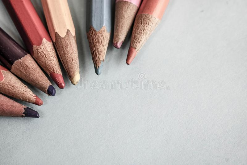 Piękni jaskrawi barwioni drewniani barwioni ostrzenie ołówki dla rysować Mieszkanie nieatutowa i odbitkowa przestrzeń na błękitny zdjęcie stock