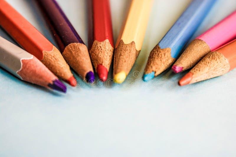 Piękni jaskrawi barwioni drewniani barwioni ostrzenie ołówki dla rysować Mieszkanie nieatutowa i odbitkowa przestrzeń na błękitny fotografia royalty free