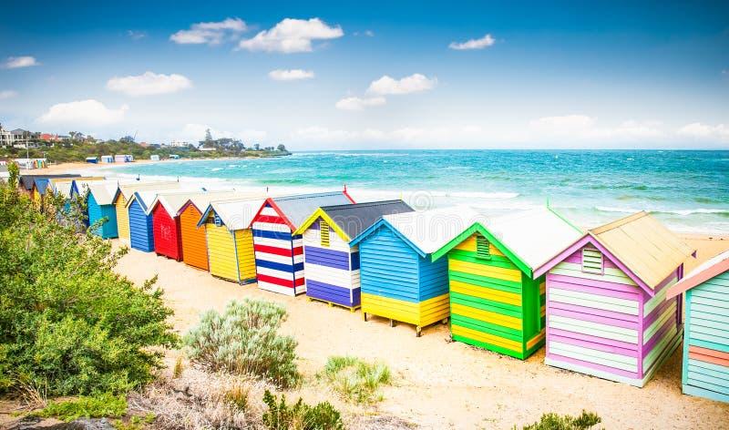 Piękni kąpanie domy na białej piaskowatej plaży przy Brighton plażą, zdjęcie stock