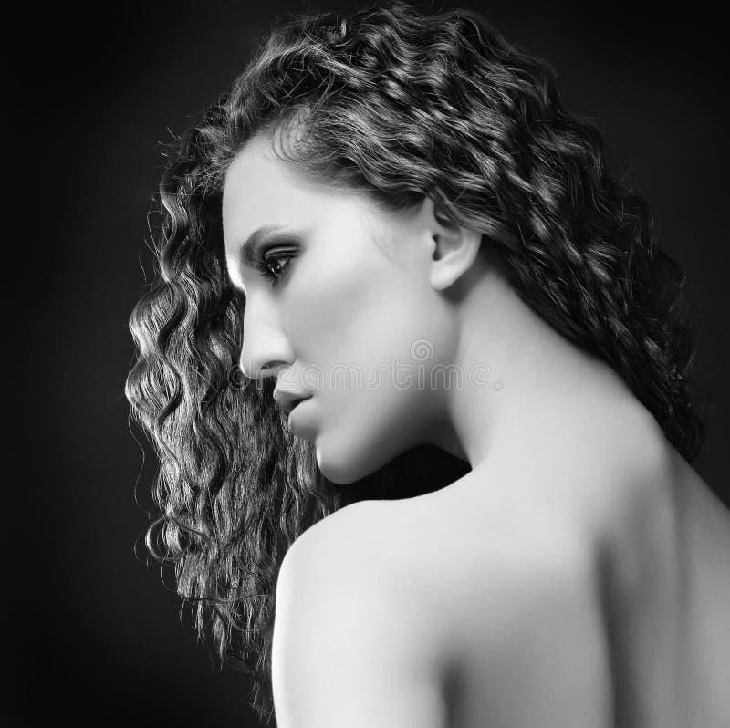piękni kędzierzawi włosy tęsk kobieta obraz royalty free