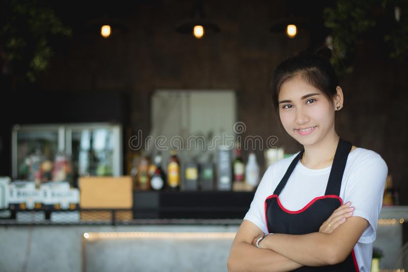 Piękni kobieta uśmiechy pozuje z szczęśliwym zdjęcie stock