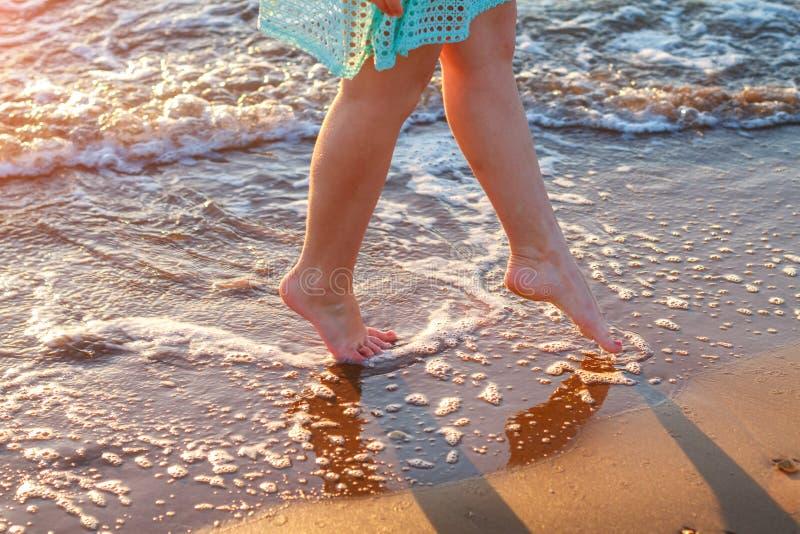 Piękni kobiety ` s nadzy cieki morzem na fala relaksu pojęciu obraz stock