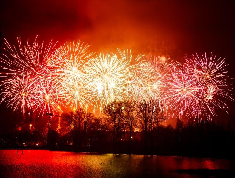 Piękni, kolorowi fajerwerki nad rzeka podczas dnia niepodległości, zdjęcia stock