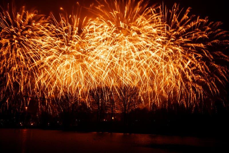 Piękni, kolorowi fajerwerki nad rzeka podczas dnia niepodległości, zdjęcie stock