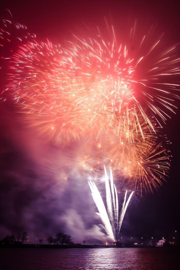 Piękni, kolorowi fajerwerki nad rzeka podczas dnia niepodległości, fotografia royalty free