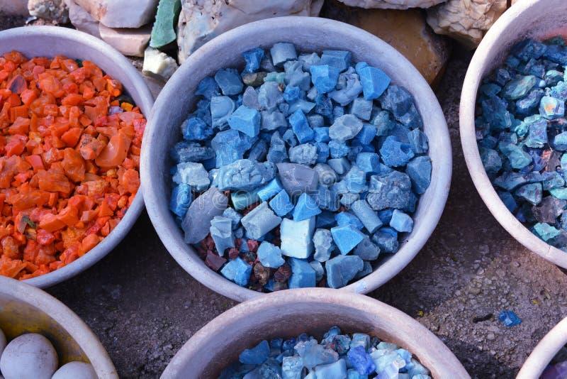 Piękni kolorowi kamienie w glinianych naczyniach zamykają up dla tła obrazy stock