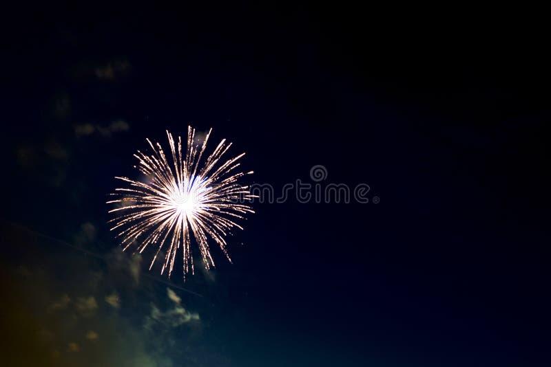 Piękni kolorowi wakacyjni fajerwerki na czarnym nieba tle zdjęcie stock