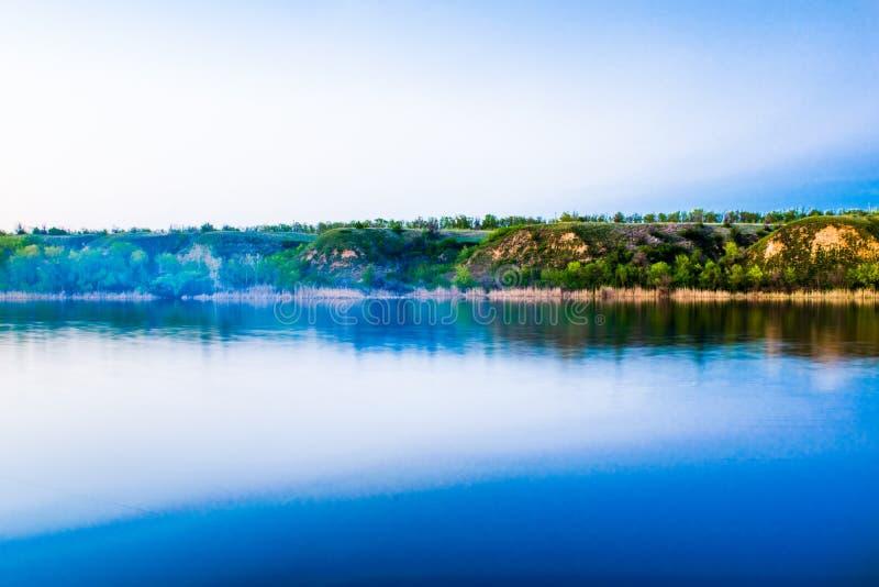 Piękni krajobrazy Rosja Rostov region Kolorowi miejsca Zielona roślinność i rzeki z jeziorami i bagnami Lasy i mea obrazy royalty free