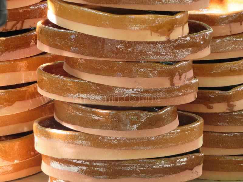 Piękni kuchenni naczynia robić glina ręcznie biegłymi rękami fotografia stock