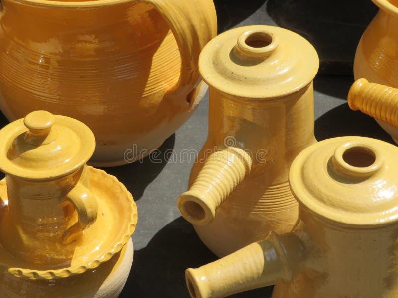 Piękni kuchenni naczynia robić glina ręcznie biegłymi rękami obraz stock
