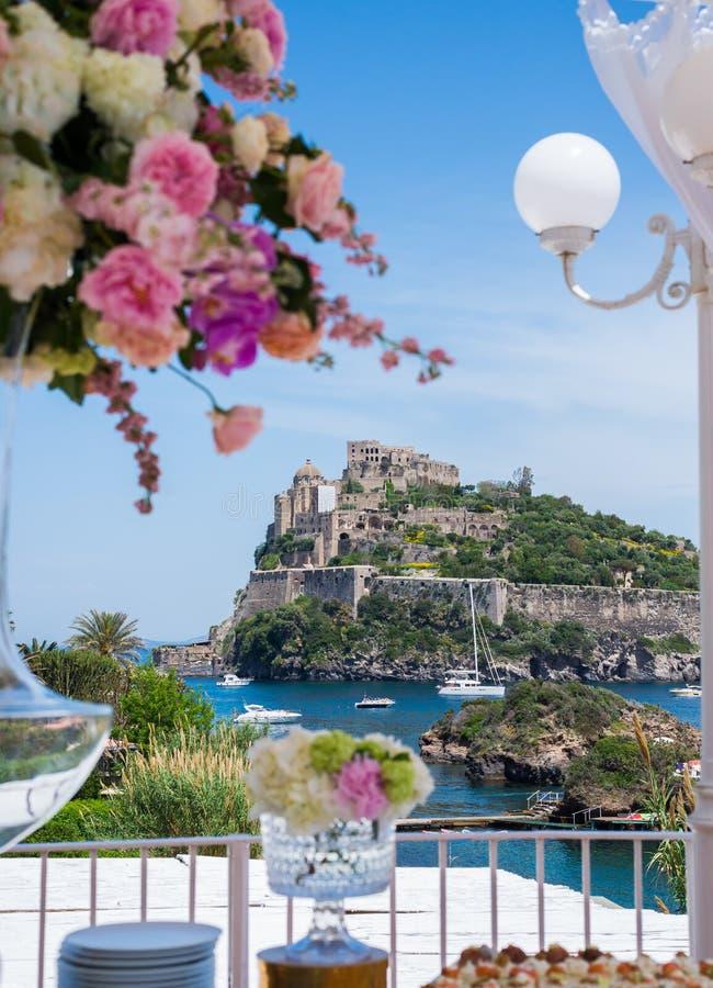 Piękni kwiaty i ślub stołowe dekoracje z starym grodowym widokiem zdjęcie royalty free