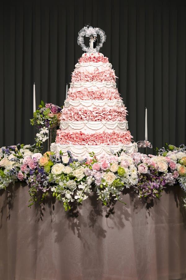 Piękni kwiaty i dekoracje wokoło ślubnego torta - Wybiórka zdjęcie royalty free
