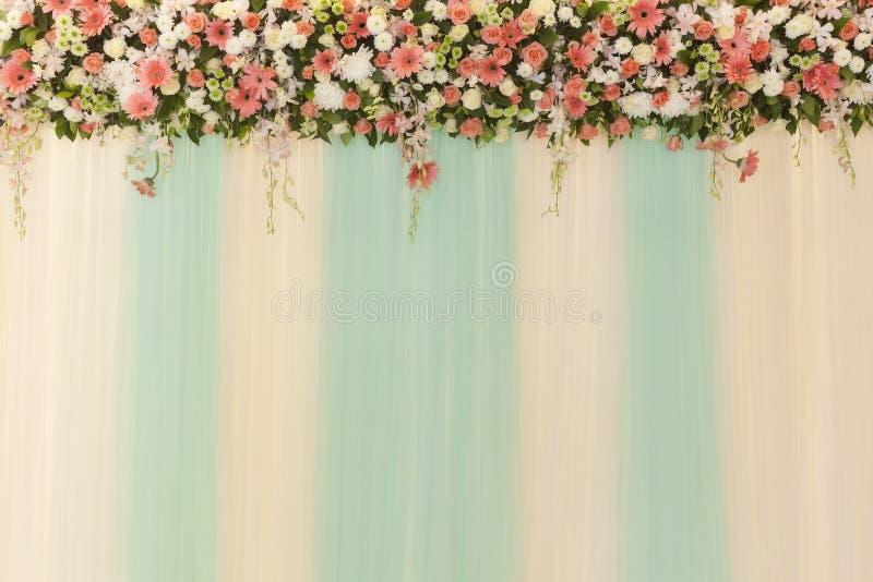 Piękni kwiaty i falowy zasłony ściany tło - Poślubiać cer zdjęcia royalty free