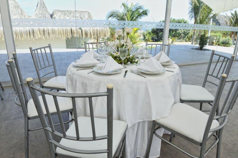 Piękni kwiaty na ślubu stole ładny zdjęcia stock