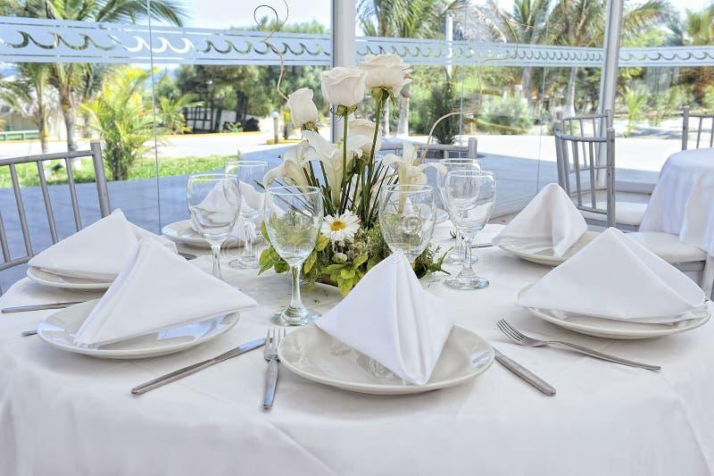 Piękni kwiaty na ślubu stole ładny zdjęcie royalty free