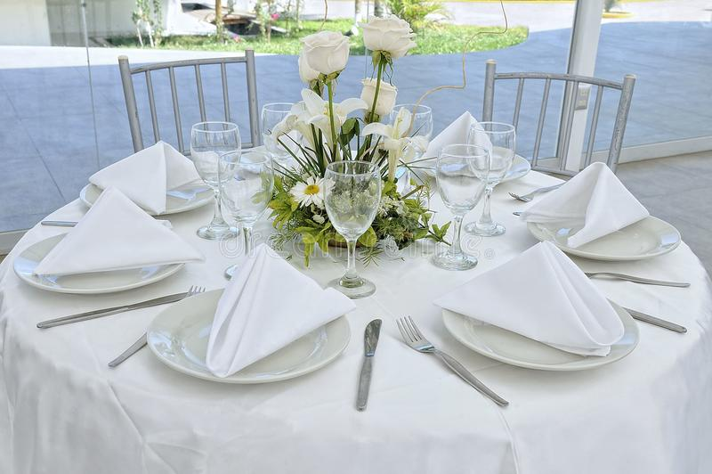 Piękni kwiaty na ślubu stole ładny fotografia royalty free