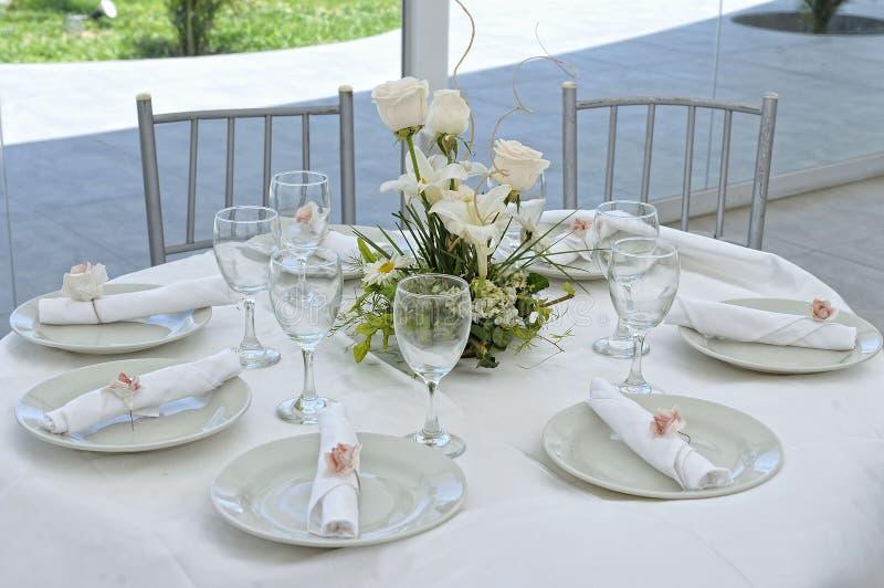 Piękni kwiaty na ślubu stole ładny fotografia stock
