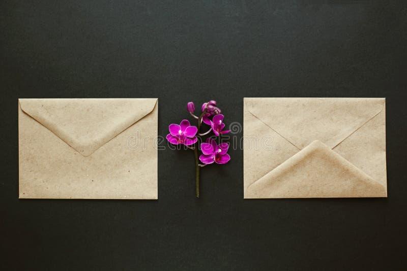 Piękni kwiaty w pocztowej kopercie obrazy stock