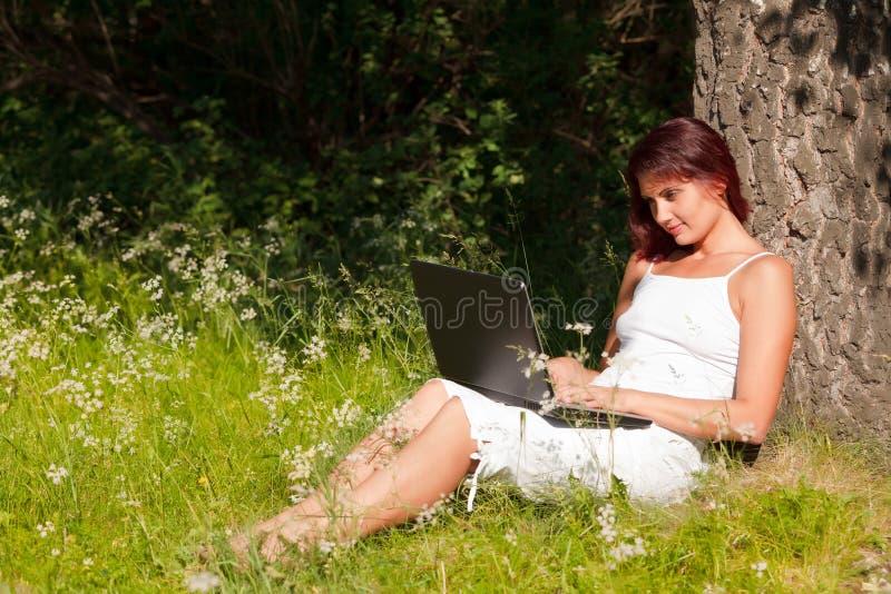 piękni laptopu kobiety potomstwa obraz royalty free