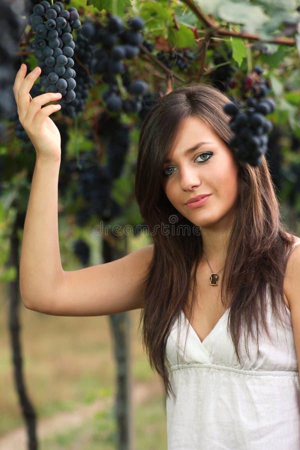 Piękni młodej dziewczyny zrywania winogrona obraz stock