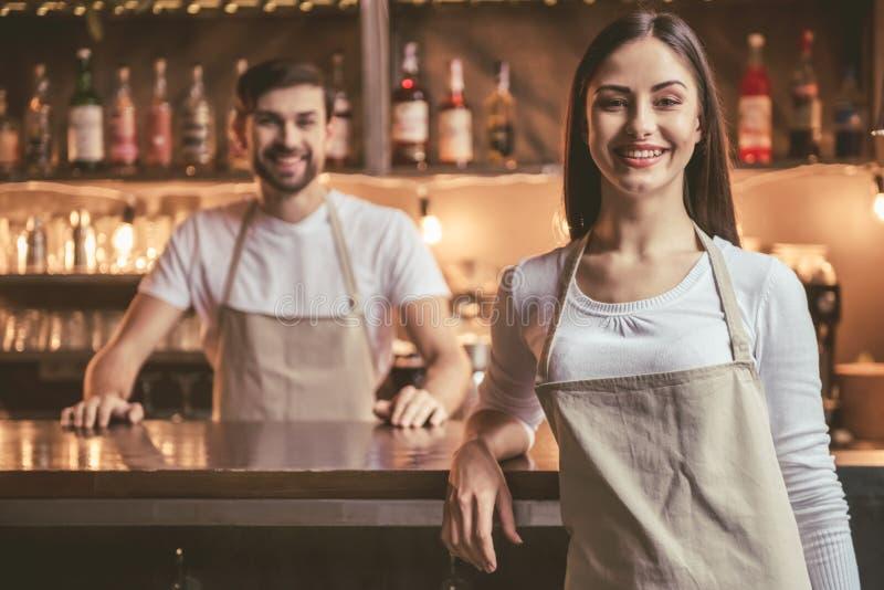 Piękni młodzi baristas zdjęcie royalty free