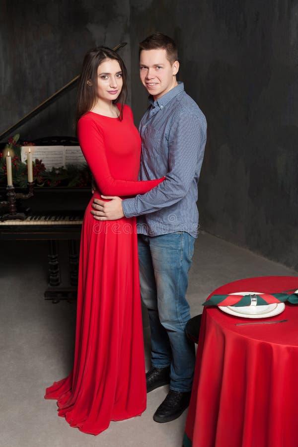 Piękni młodzi kochający para uściski zdjęcia stock