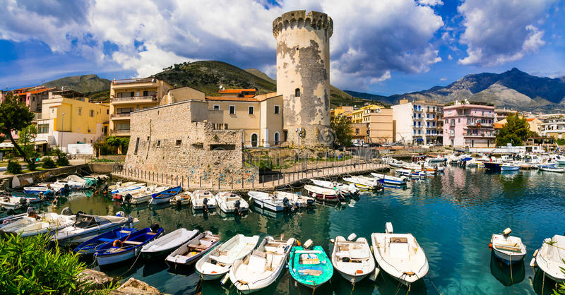 Piękni nabrzeżni miejsca Włochy, Formia miasteczko z średniowiecznym fo - fotografia royalty free