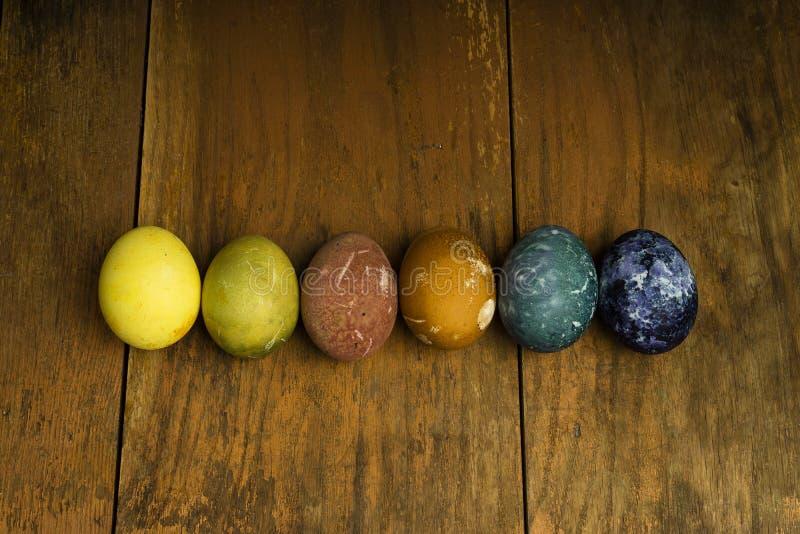 Piękni naturalni barwioni szczęśliwi Easter jajka na drewnianym stole zdjęcia royalty free