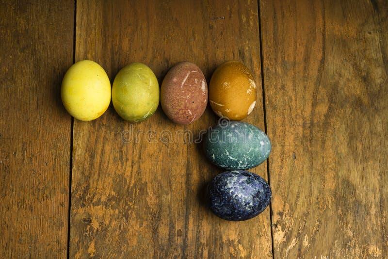 Piękni naturalni barwioni szczęśliwi Easter jajka na drewnianym stole fotografia royalty free