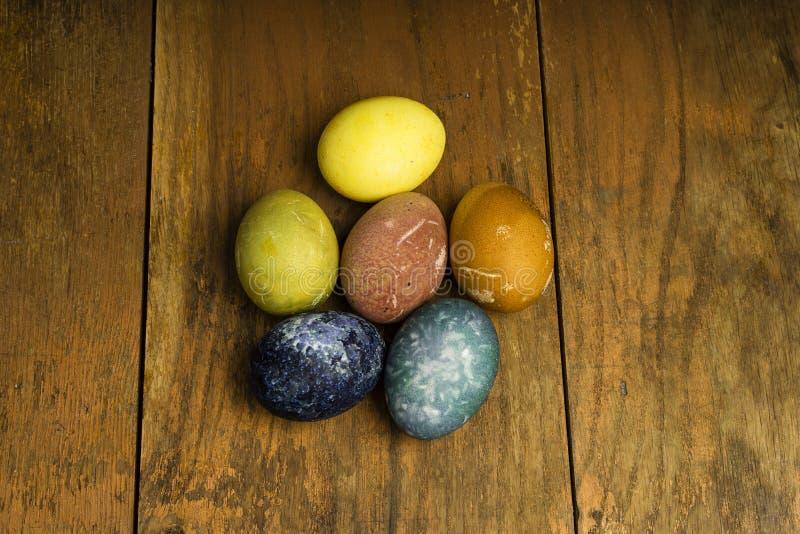 Piękni naturalni barwioni szczęśliwi Easter jajka na drewnianym stole fotografia stock