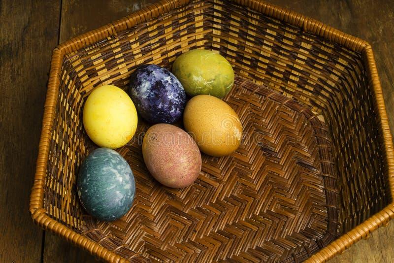 Piękni naturalni barwioni szczęśliwi Easter jajka w koszu obrazy stock