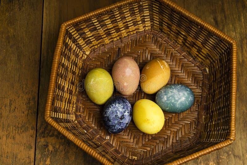 Piękni naturalni barwioni szczęśliwi Easter jajka w koszu obraz stock