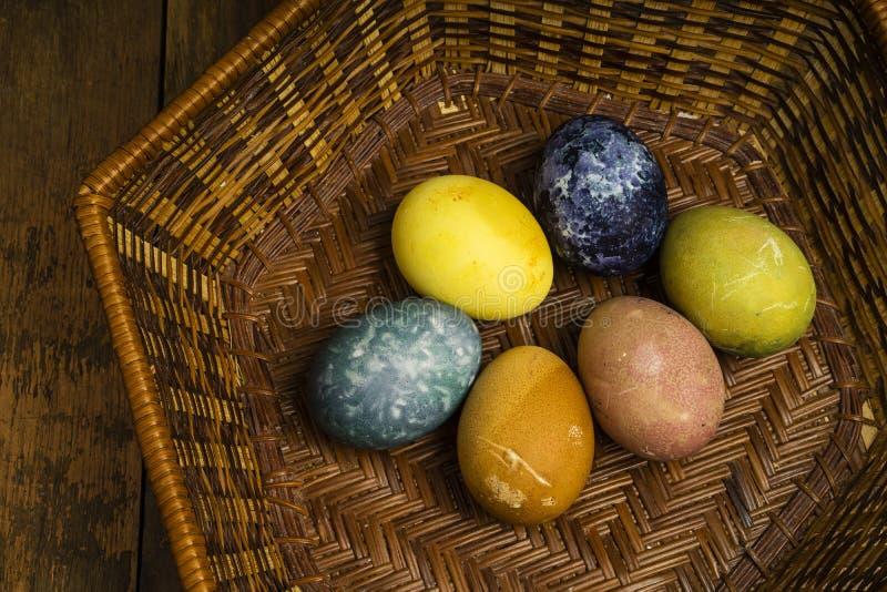 Piękni naturalni barwioni szczęśliwi Easter jajka w koszu fotografia stock